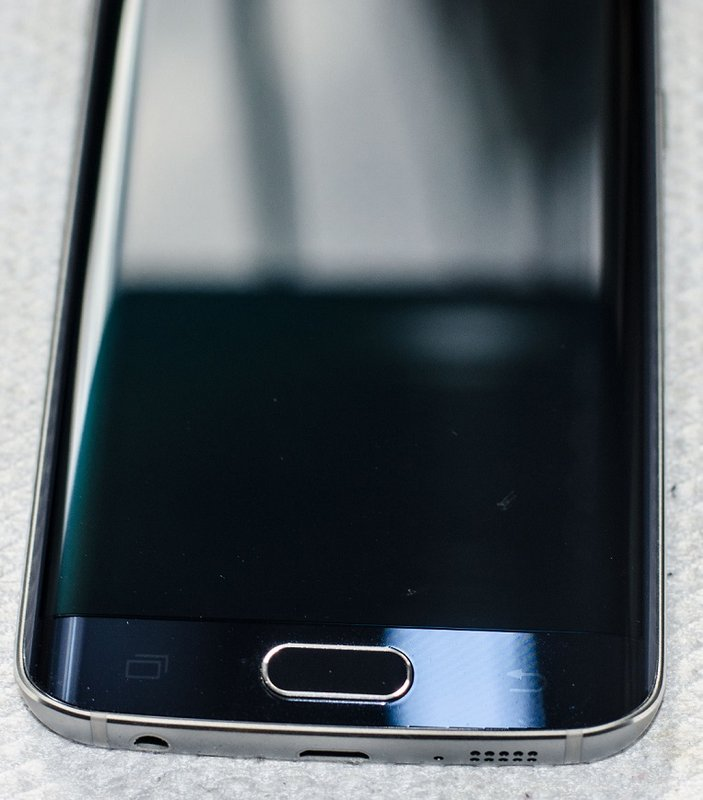 Galaxy-S6-amp-edge-scratched-by-Samsungs-Clear-View-case-4.jpg