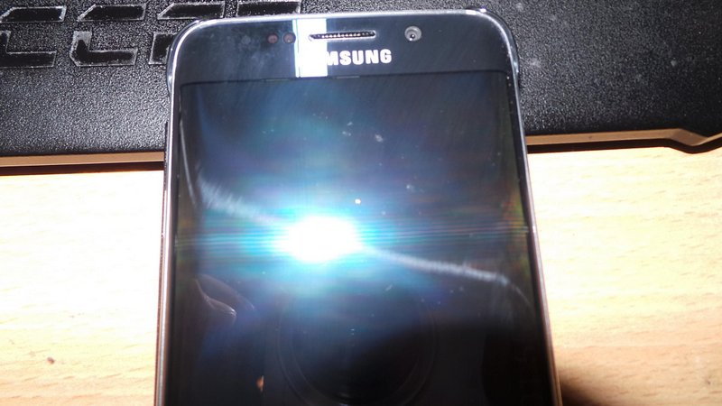 Galaxy-S6-amp-edge-scratched-by-Samsungs-Clear-View-case-6.jpg