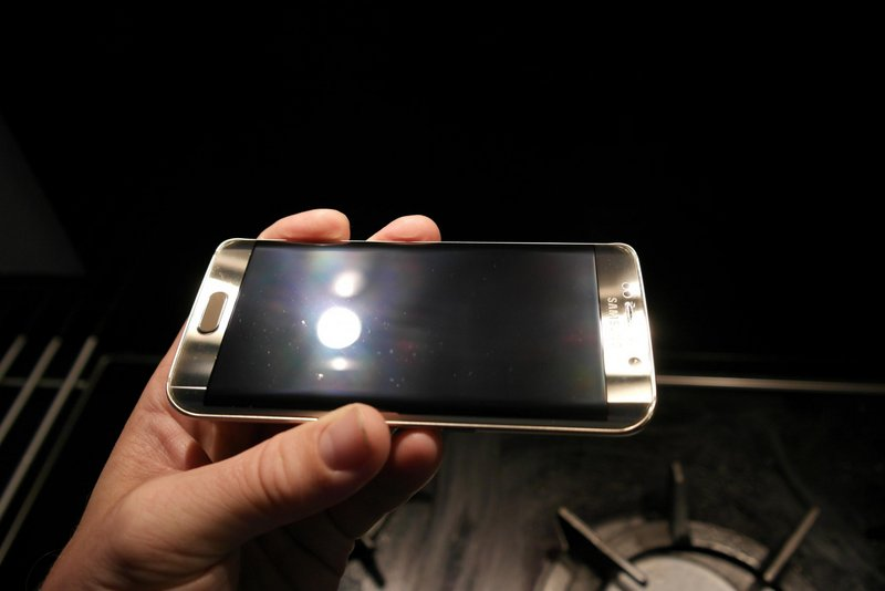 Galaxy-S6-amp-edge-scratched-by-Samsungs-Clear-View-case-8.jpg