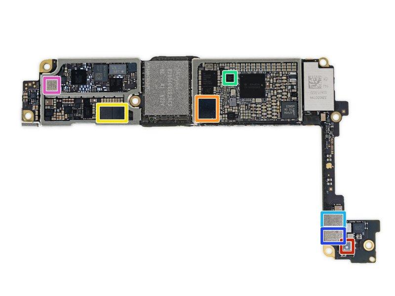 Parte interior da Logic Board repleta de condensadores