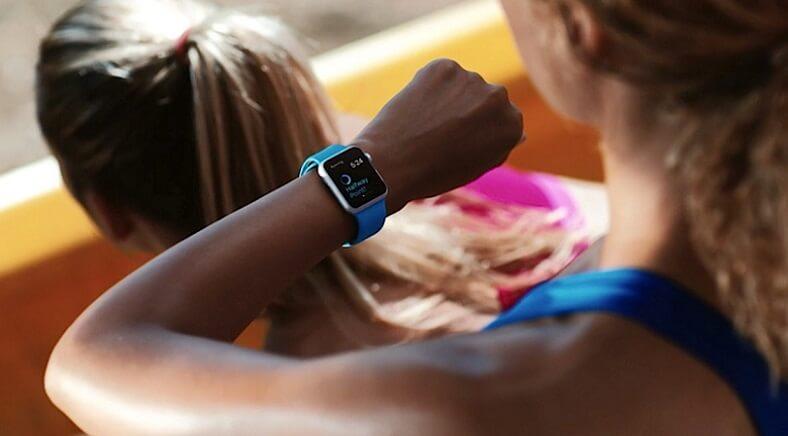 Um smartwatch ou uma smartband são bons companheiros para o teu treino