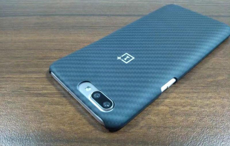 OPPO R11 dentro da capa do OnePlus 5