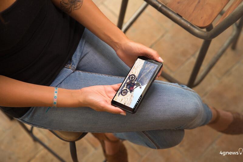 Wiko-View-1-smartphone-mulher-1.jpg
