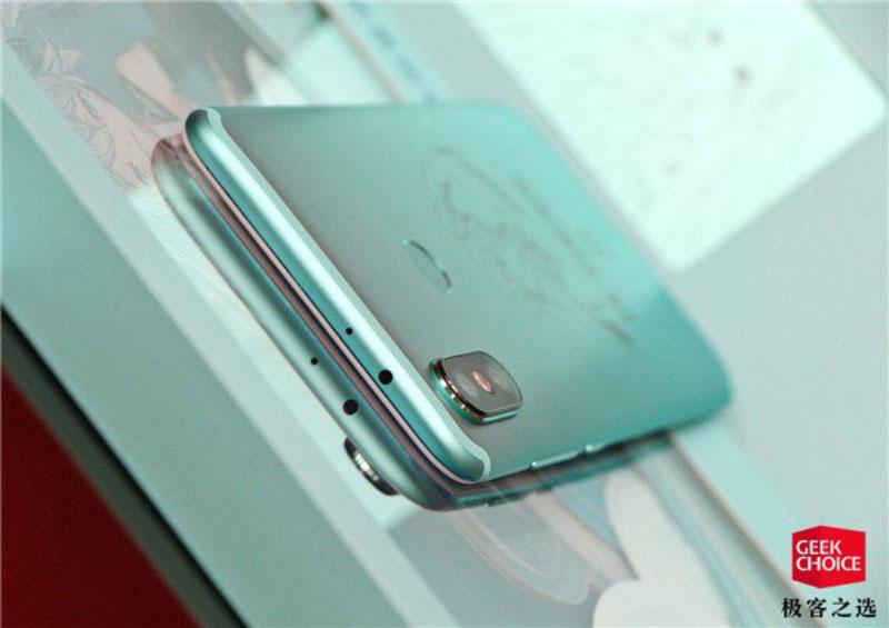 Xiaomi-Mi-6X-Hatsune-Android-2.jpg