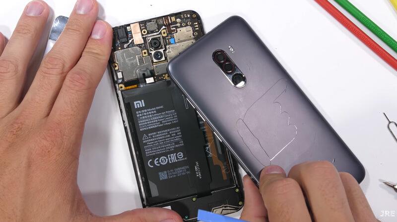 Xiaomi Pocophone F1: Vídeo como é o interior do smartphone