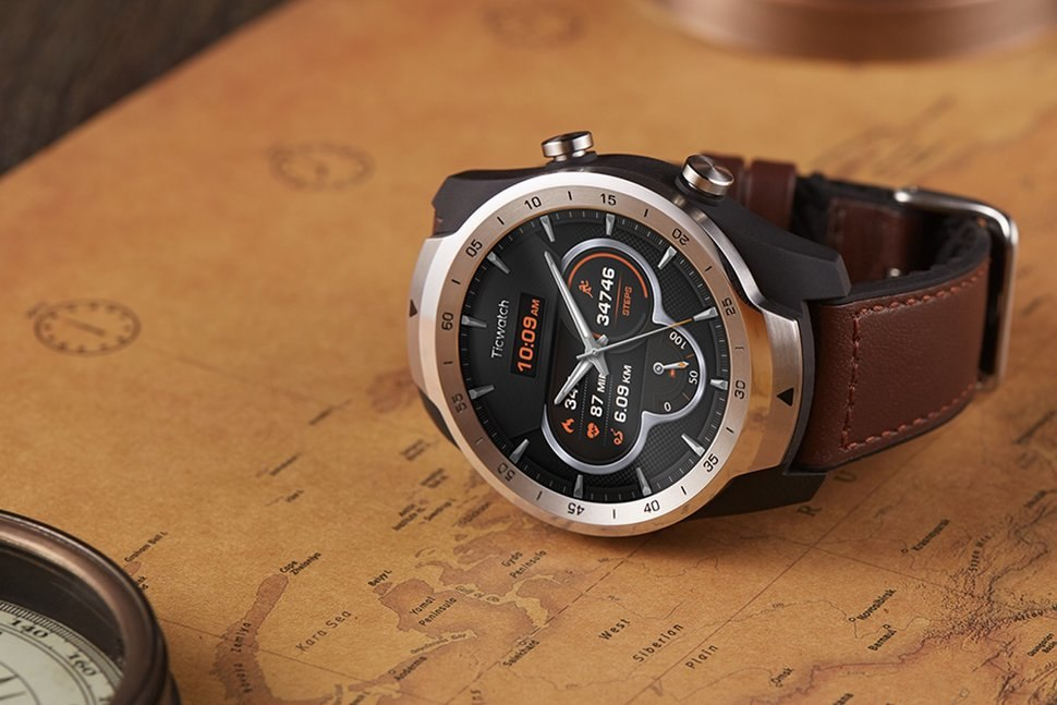 26144c24557 O Ticwatch Pro da empresa Mobvoi é um smartwatch para quem quer um relógio  que dê um pouco de tudo. Equipado com o sistema operativo Wear OS (Android  Wear ...