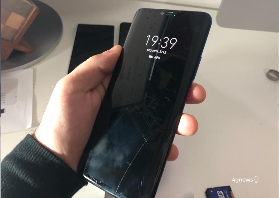Huawei Mate 20 Pro não sobrevive aos dentes de um pequeno cachorro!