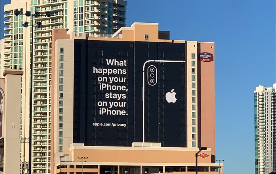 Apple ataca Google e Alexa em publicidade gigante em Las Vegas